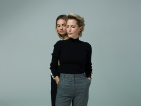 All About Eve Gillian Anderson and Lily James c Perou